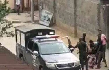 Port Harcourt: Police officer aim, shoots at man protesting the assault on his neighbor (video)