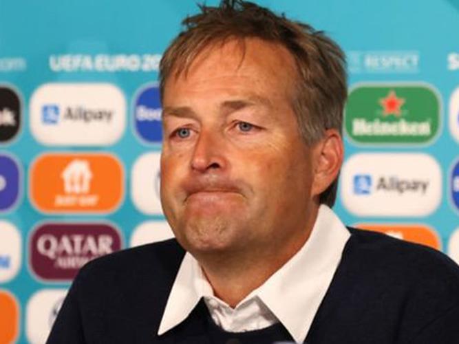 Kasper Hjulmand congartulates Gareth Southgate on EURO 2020 semifinal win