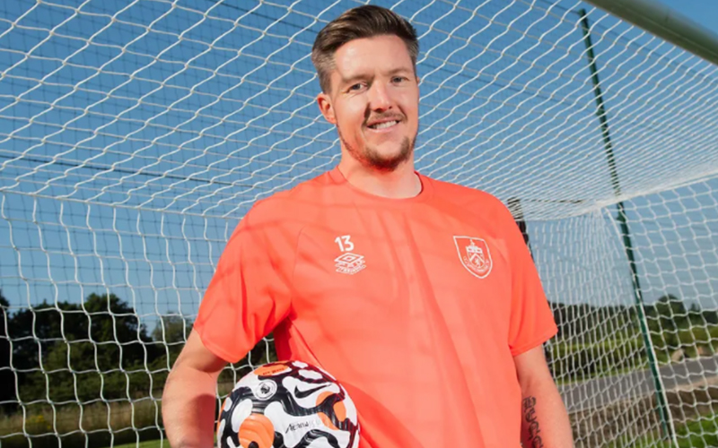 Burnley signs Wayne Hennessey