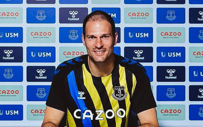 Everton sign Begovic